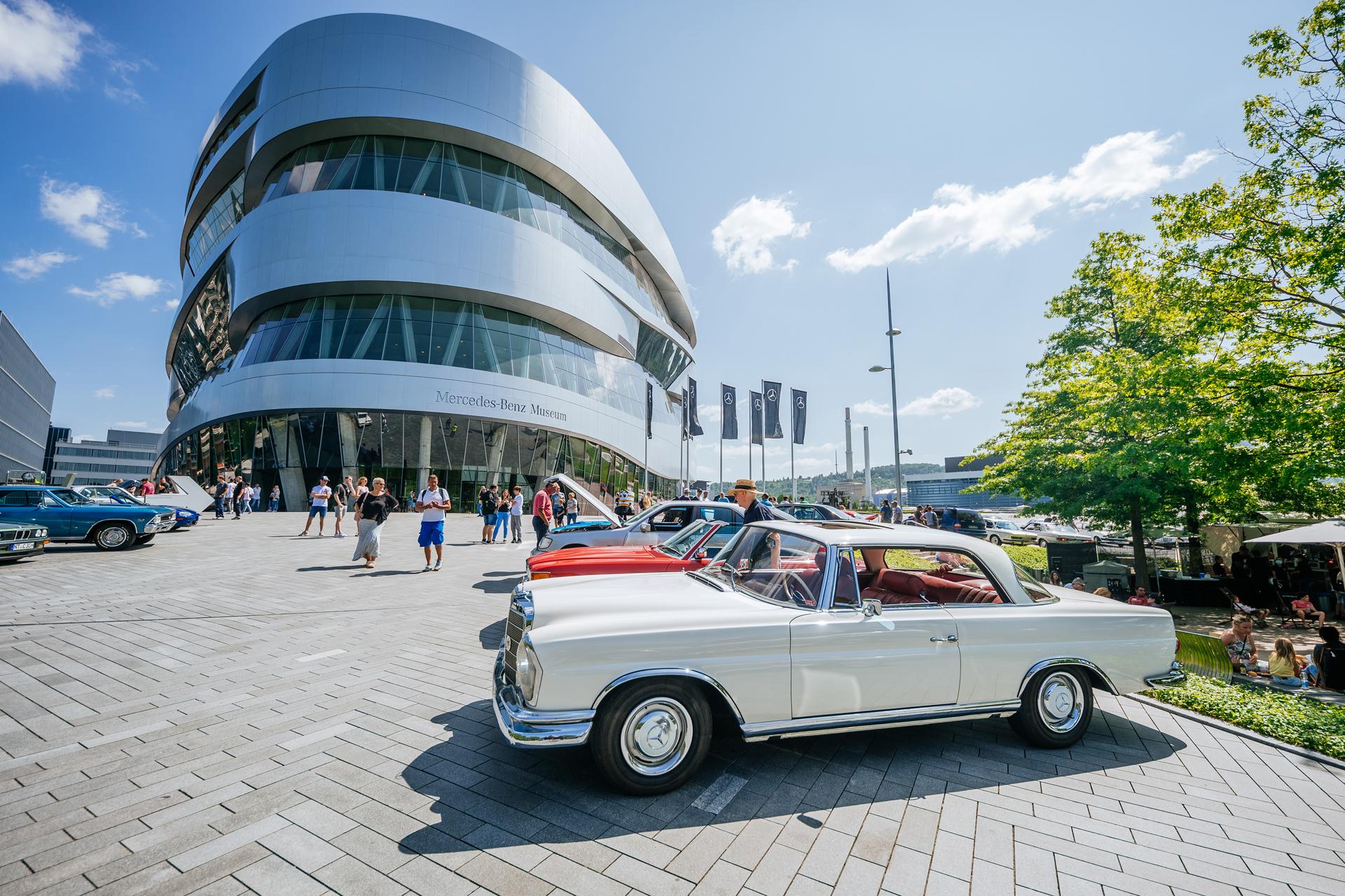 """""""Stadtkultur am Mercedes-Benz Museum"""", markenoffenes Klassikertreffen """"Classics & Coffee"""" am 18. Juli 2021 vor dem Mercedes-Benz Museum."""