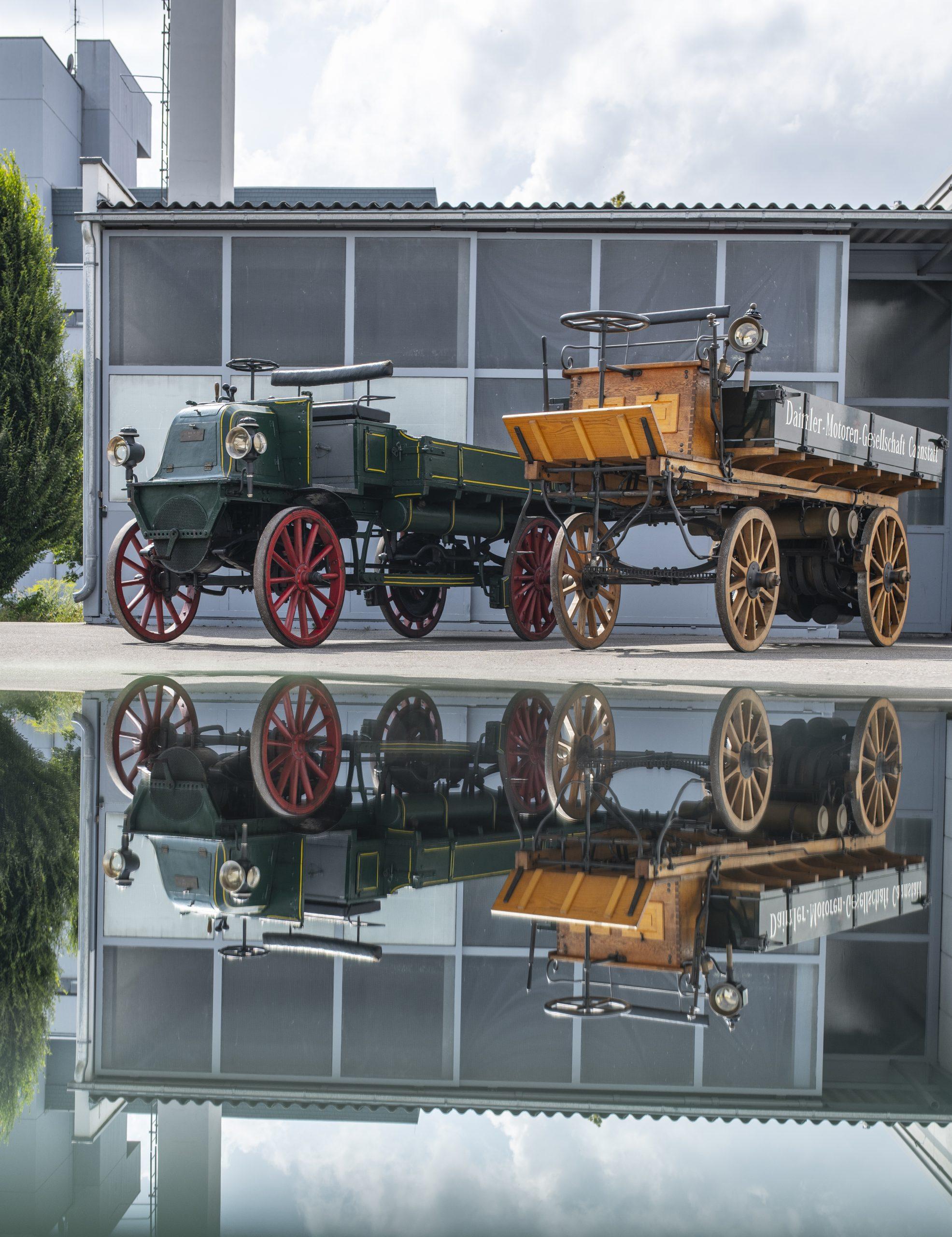Zwei historische Trucks von 1896/ 1897 reisen mit einem Actros genau 125 Jahre nach der Originallieferung nach England