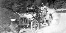 Adolf Daimler, Sohn von Gottlieb Daimler, wird vor 150 Jahren geboren. Er nimmt vor 115 Jahren mit einem Mercedes 70 PS an der zweiten Herkomer-Konkurrenz vom 5. bis 13. Juni 1906 teil. Die Fernfahrt führt von Frankfurt am Main über München, Linz, Wien, den Semmering, Klagenfurt, Innsbruck und den Zirler Berg in den Forstenrieder Park bei München. Das Foto zeigt Daimler am Steuer des Fahrzeugs, das vermutlich eine leistungsgesteigerte Version des Mercedes 65 PS mit 9,2-Liter-Vierzylindermotor ist.