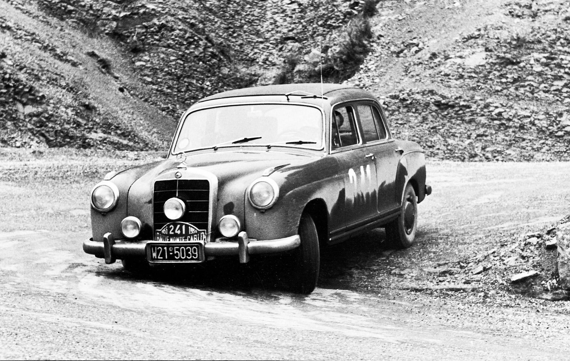 Walter Schock und Rolf Moll gewinnen vor 65 Jahren die Rallye-Europameisterschaft für Tourenwagen 1956. Bei der Rallye Monte Carlo vom 15. bis 23. Januar 1956 kommen Schock und Moll im Mercedes-Benz 220 mit der Startnummer 241 auf dem zweiten Platz ins Ziel. Das Foto zeigt das Mercedes-Benz Team während einer Sonderprüfung bei La Turbie.