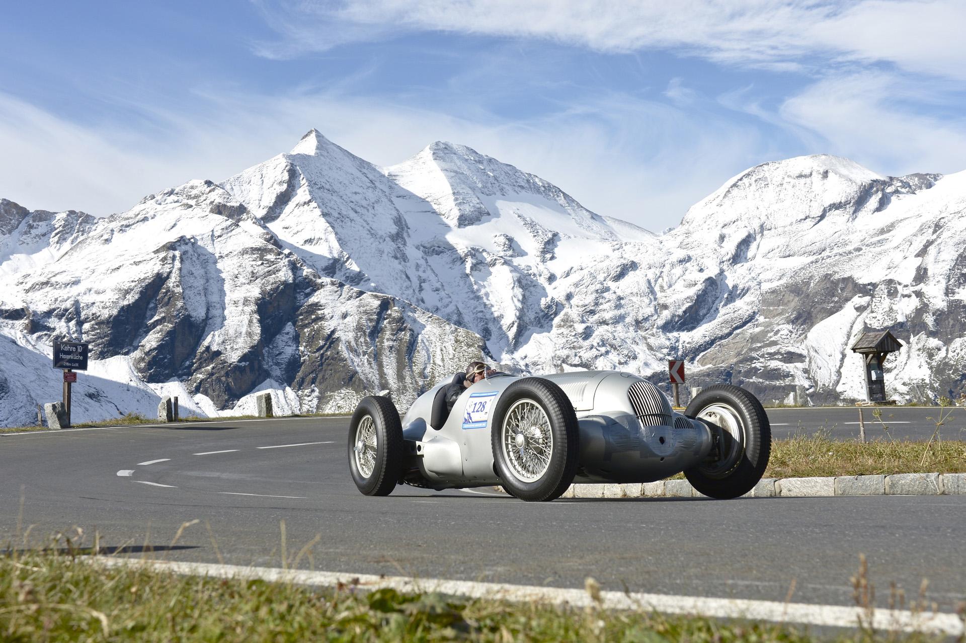 Mercedes-Benz W 125 am Großglockner. Am Steuer: Jochen Mass. Aufnahme aus dem Jahr 2012.
