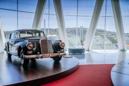 """Adenauers letzter """"Adenauer"""": Dieser Mercedes-Benz 300 (W 189) im Mercedes-Benz Museum ist der letzte Dienstwagen des ersten deutschen Bundeskanzlers Konrad Adenauer. Exterieurfoto von rechts vorn."""