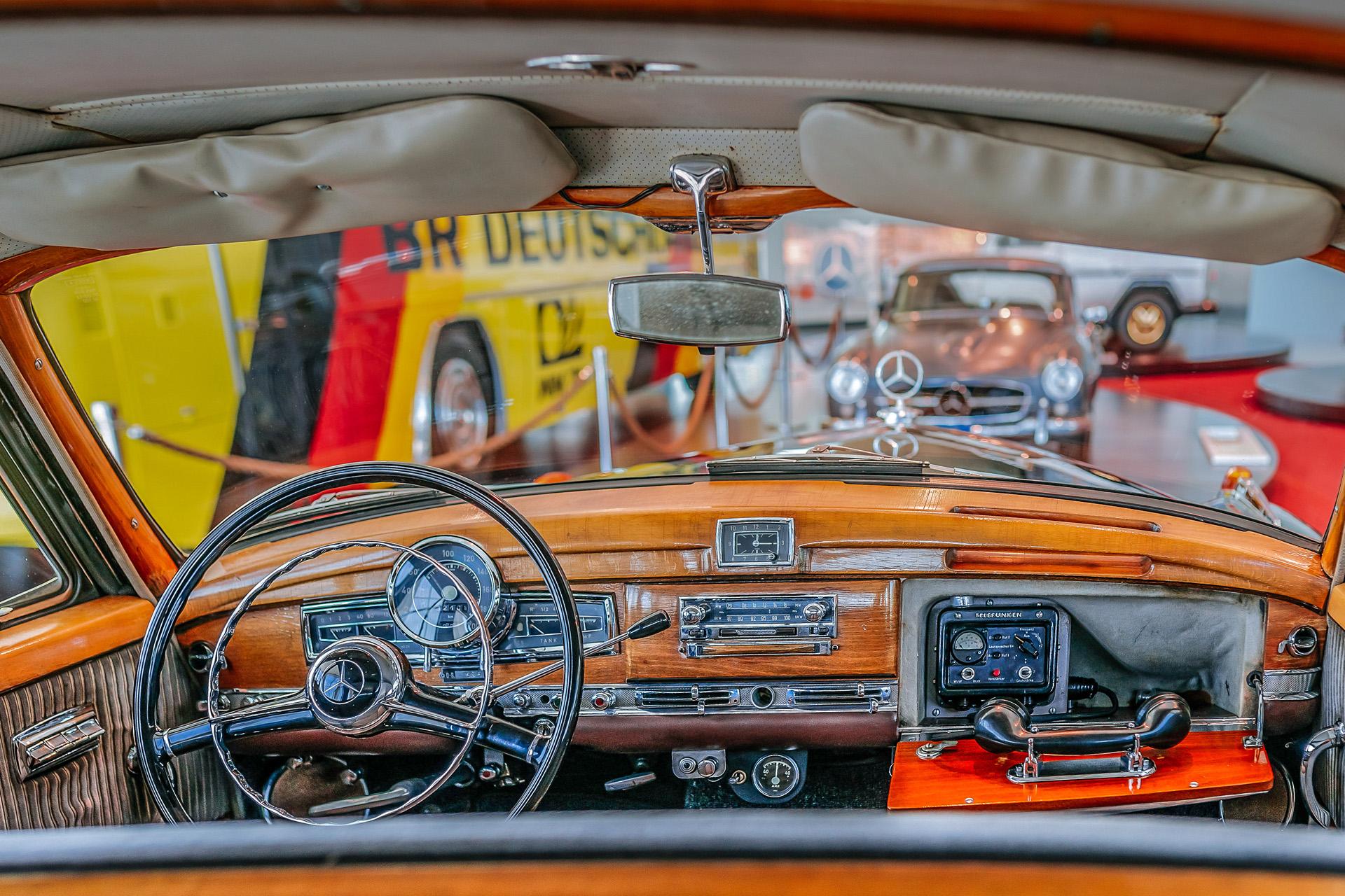 """Adenauers letzter """"Adenauer"""": Dieser Mercedes-Benz 300 (W 189) im Mercedes-Benz Museum ist der letzte Dienstwagen des ersten deutschen Bundeskanzlers Konrad Adenauer. Interieurfoto aus dem Fond vom Platz des Bundeskanzlers über das Cockpit hinweg in den Raum Collection 4: Galerie der Namen. Rechts im Bild das im Handschuhfach eingebaute Funkgerät."""