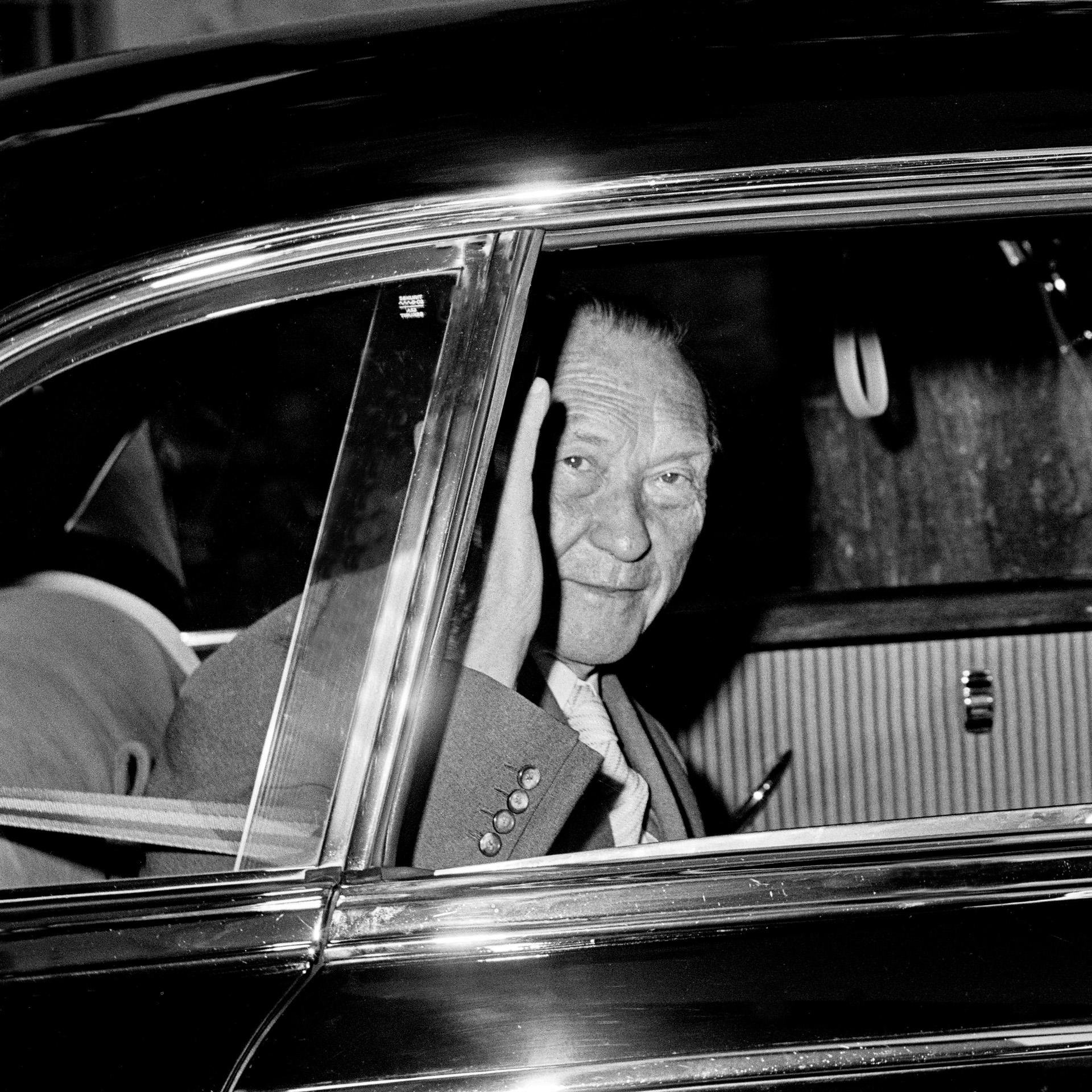 Konrad Adenauer in einem Mercedes-Benz 300 c (W 186) mit langem Radstand. Der frühere deutsche Bundeskanzler nutzt von 1951 bis 1963 ununterbrochen Repräsentationslimousinen des Typs als Dienstwagen sowie darüber hinaus als Privatmann. Sein letzter Dienstwagen ist heute im Mercedes-Benz Museum zu sehen. Foto aus den 1950er-Jahren. Copyright: Konrad-Adenauer-Stiftung e.V., Giuseppe Moro.